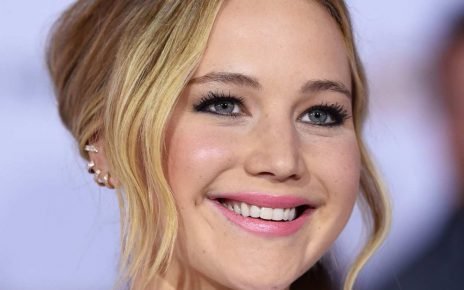 Jennifer Lawrence Takes Pic with Mom While Peeing - Spur Magazine